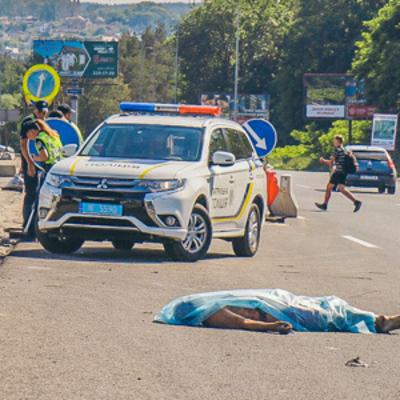 Под Киевом маршрутка с людьми задавила мужчину, потерявшего кепку на трассе (фото)