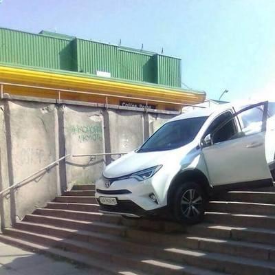 В Киеве автомобиль застрял на лестнице