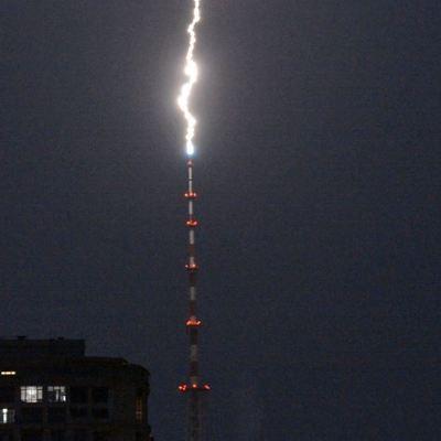 Фотограф снял на видео, как молния попадает в киевскую телевышку (фото, видео)