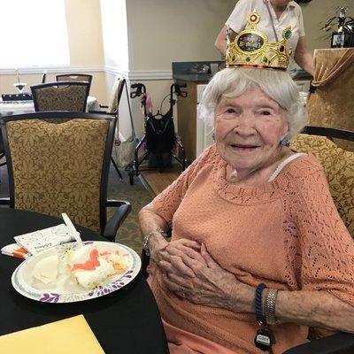 Пила, курила, гуляла всю ночь: 105-летняя американка поделилась секретом долголетия
