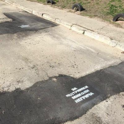 Киевский депутат залатал ямы на дороге своим
