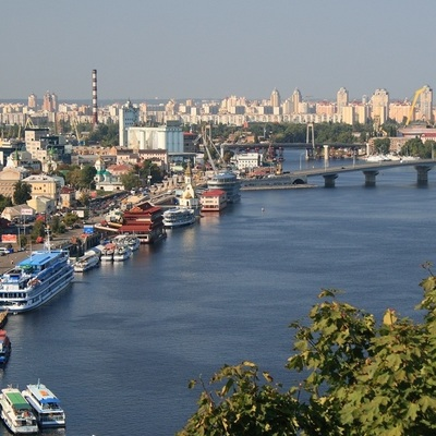 Утром киевляне вытащили из Днепра парня, который чуть не утонул