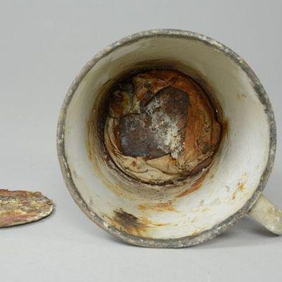 У кружки из Освенцима выпало второе дно (фото)