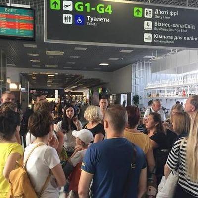 В киевском аэропорту туристы бунтуют из-за многочасовой задержки рейса