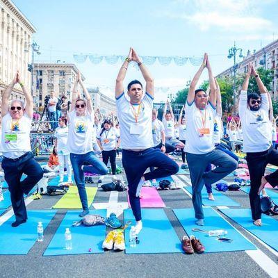 В Киеве проведут групповую тренировку по йоге в виде Герба Украины