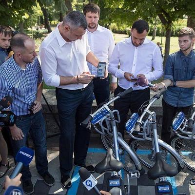 Виталий Кличко протестировал новую систему велопроката, которая заработала в Киеве