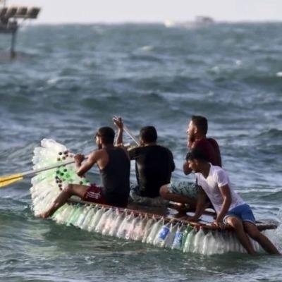 Бедный палестинский рыбак ходит в море на бутылках