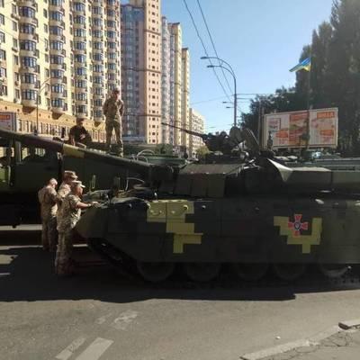 В центре Киева заглох танк, который ехал на репетицию парада (видео)