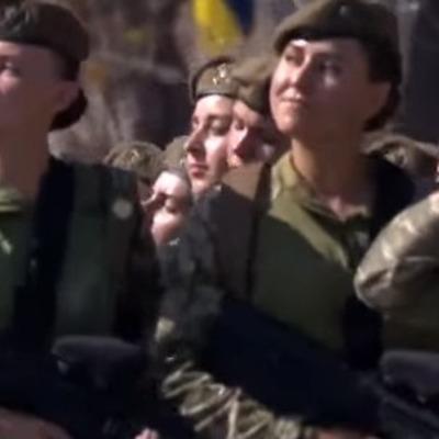В параде на Крещатике впервые приняли участие девушки (видео)