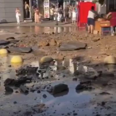 В Киеве прорвало трубу с горячей водой, затопило площадь (видео)