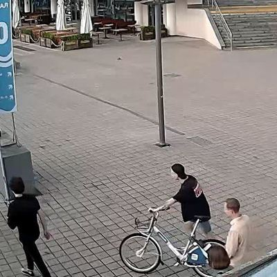 В Киеве подростки разбили и кинули в Днепр велосипед из проката (видео)
