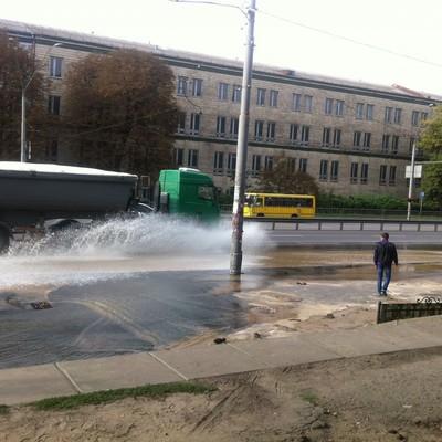 В Киеве проспект Победы затопило из-за прорыва водопровода