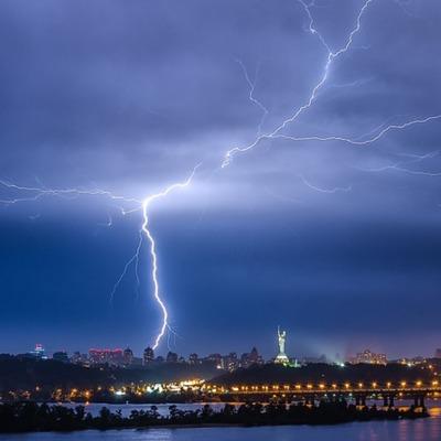Жителей Киева предупредили о грозе и порывах ветра