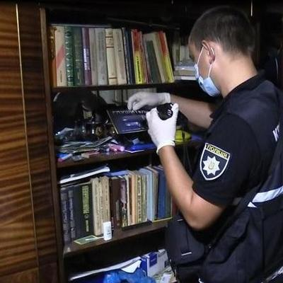 В Киеве убийца прятался от полицейских под диваном