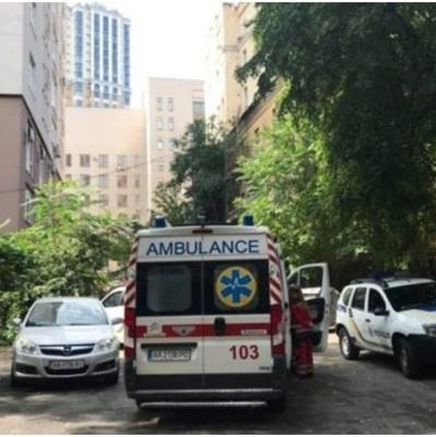 В Киеве неизвестный ранил девушку