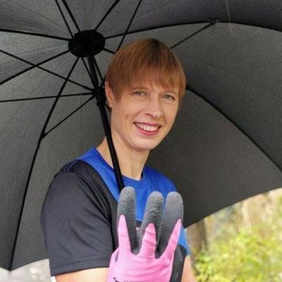 Президент Эстонии убирала мусор в парке в Днепре (фото)