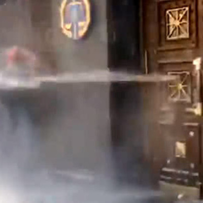 Под Генпрокуратурой митингующих поливали водой