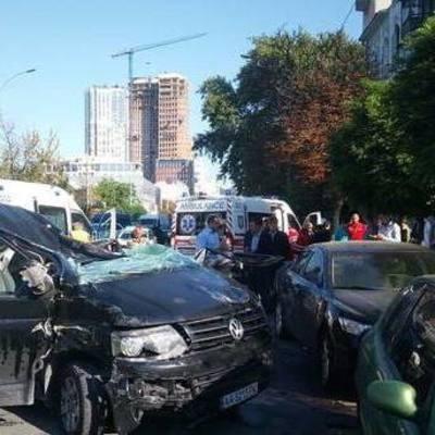 В Киеве в ДТП столкнулись 5 автомобилей (видео)
