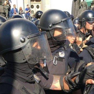 Возле Рады начались столкновения митингующих с полицией (видео)
