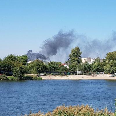 Взрываются баллоны с химией, поднялся черный дым: в Киеве горят Русановские сады (фото, видео)