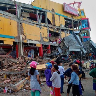 Землетрясения и цунами в Индонезии: погибли десятки людей (фото)