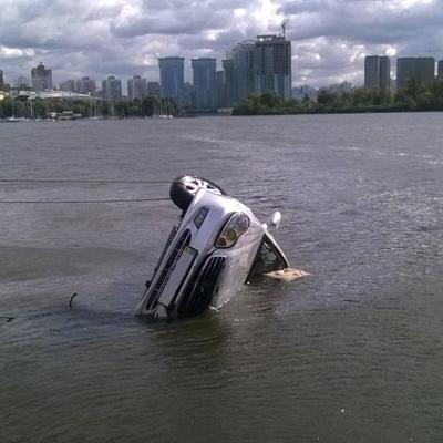 В Киеве водитель въехал в Днепр и утонул (фото)