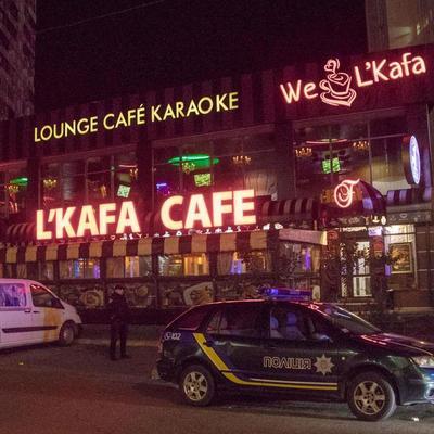 В Киеве на Позняках посетитель кафе устроил стрельбу, ранены двое мужчин (фото)