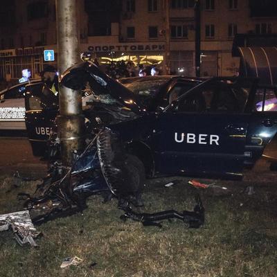 В Киеве такси Uber врезалось в столб: пассажир в реанимации (видео)