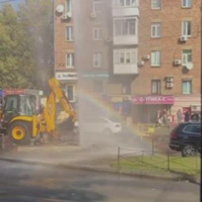 """На Лукьяновке посреди дороги прорвался """"фонтан"""" высотой в 5-этажное здание (видео)"""