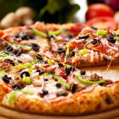 Курьер, который плюнул клиенту в пиццу, может надолго сесть в тюрьму (видео)