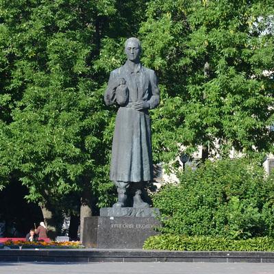 Студенты Могилянки вымыли памятник Григорию Сковороде, чтобы сдать сессию (видео)