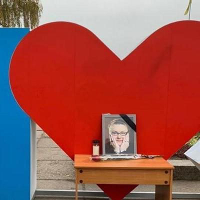 В центре Житомира поставили фото погибшей звезды «Дизель шоу», люди несут цветы