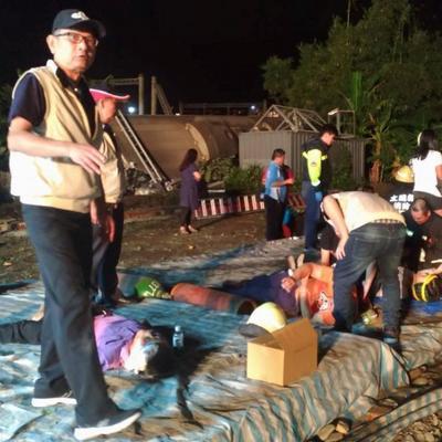 На Тайване сошел с рельсов поезд: 17 погибших и более сотни раненых (фото)
