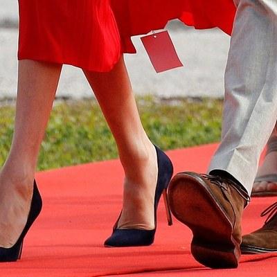 Меган Маркл забыла срезать бирку с платья и пошла к принцессе
