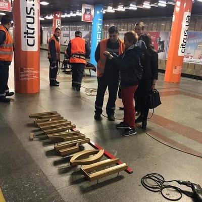 На станции метро Почайна появилась новая надпись (фото)