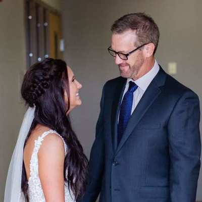 Отец спародировал фото дочери из свадебного путешествия и стал звездой