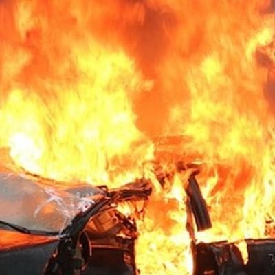 В Киеве протестующие сожгли автомобиль (видео)