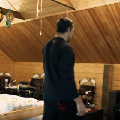Пояса над кроватью и диван из сена - Усик показал свой дом (видео)