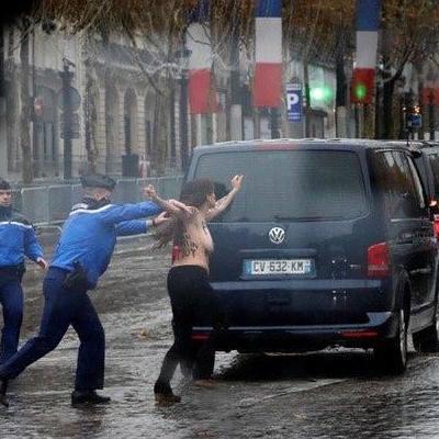 Кортеж Трампа в Париже «атаковали» полуголые активистки Femen (фото, видео)