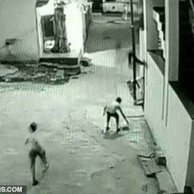 Спина друга спасла сорвавшегося с высоты мальчика (видео)