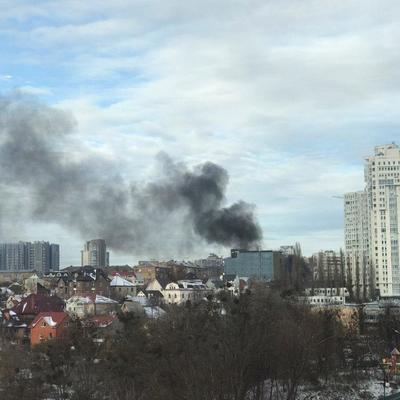 Черный дым затянул небо Киева: в центре загорелась стройка (видео, фото)