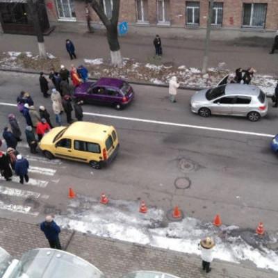Киевляне перекрыли дорогу из-за отсутствия отопления