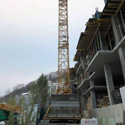 Начат демонтаж незаконно размещенного строительного крана на Андреевском спуске, - КГГА