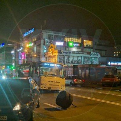 В Киеве маршрутка с пассажирами потеряла колесо (фото)