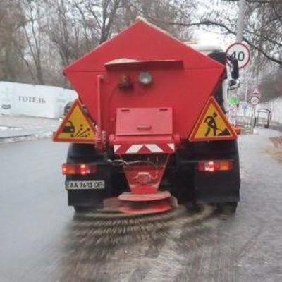 335 единиц спецтехники обрабатывают улицы Киева противогололедными материалами, - КГГА