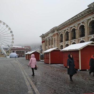 На Контрактовой площади начали устанавливать новогодний городок (фото)