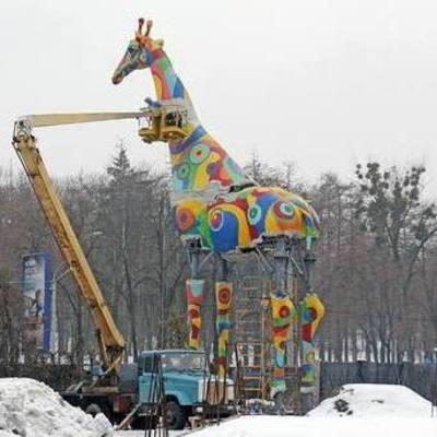 На входе в Киевский зоопарк устанавливают гигантского жирафа