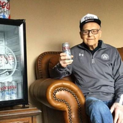 Пивовары задарили подарками столетнего клиента за любовь к пиву