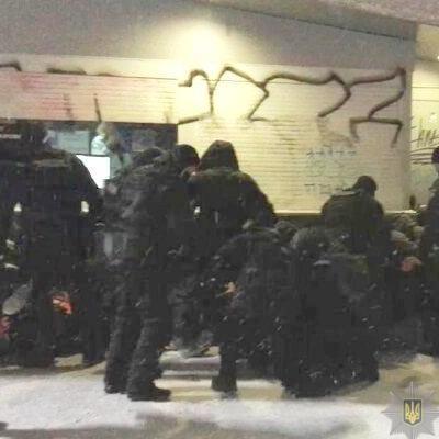 Перед футбольным матчем молодчики оскорбляли полицейских, кидали в них снегом и пытались спровоцировать драку
