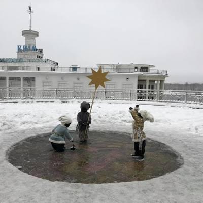 На Почтовой площади скульптуры детей одели в полушубки